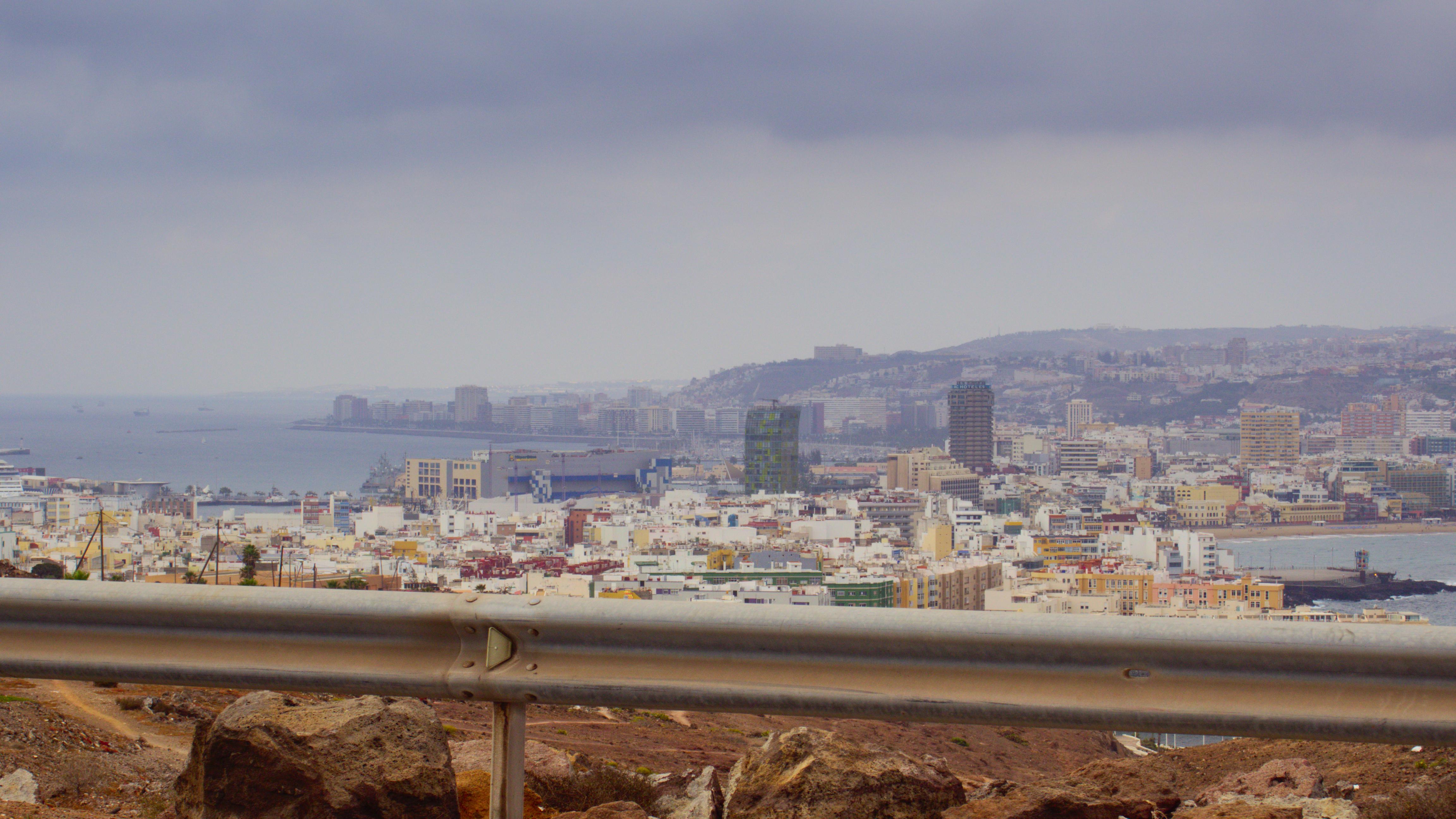 Der Weg zurück. Links ist der Hafen, rechts der Playa Las Canderas zu erkennen