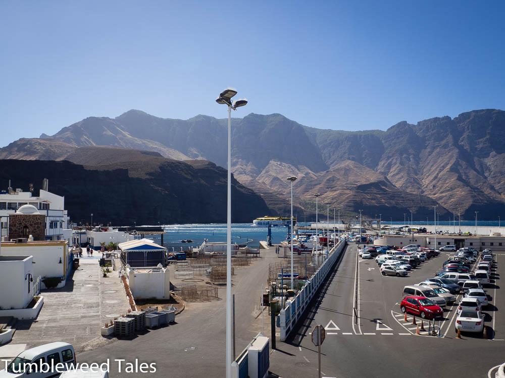 Der Hafen in Agaete. Die Fähre nach Teneriffa ist gerade vor Ort.
