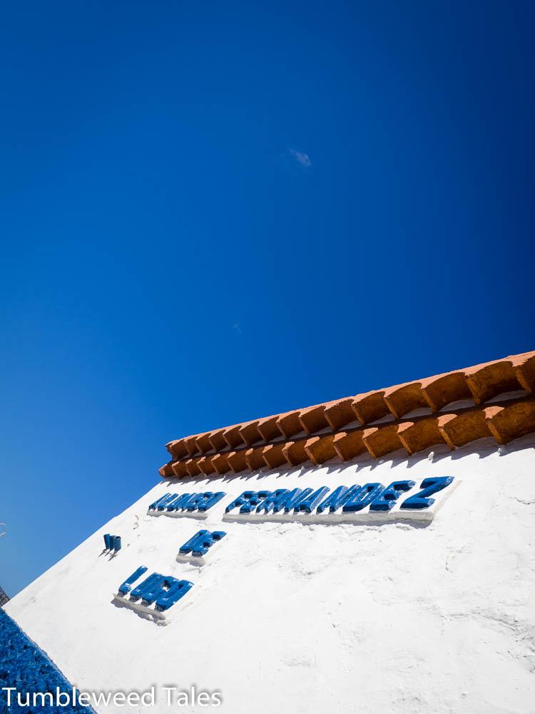 Blauer Himmel, weiße Hausfassaden