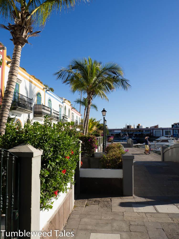 Gebäude der hübschen Hotelanlage direkt am Meer