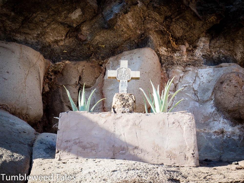 Ein Kreuz im Felsen
