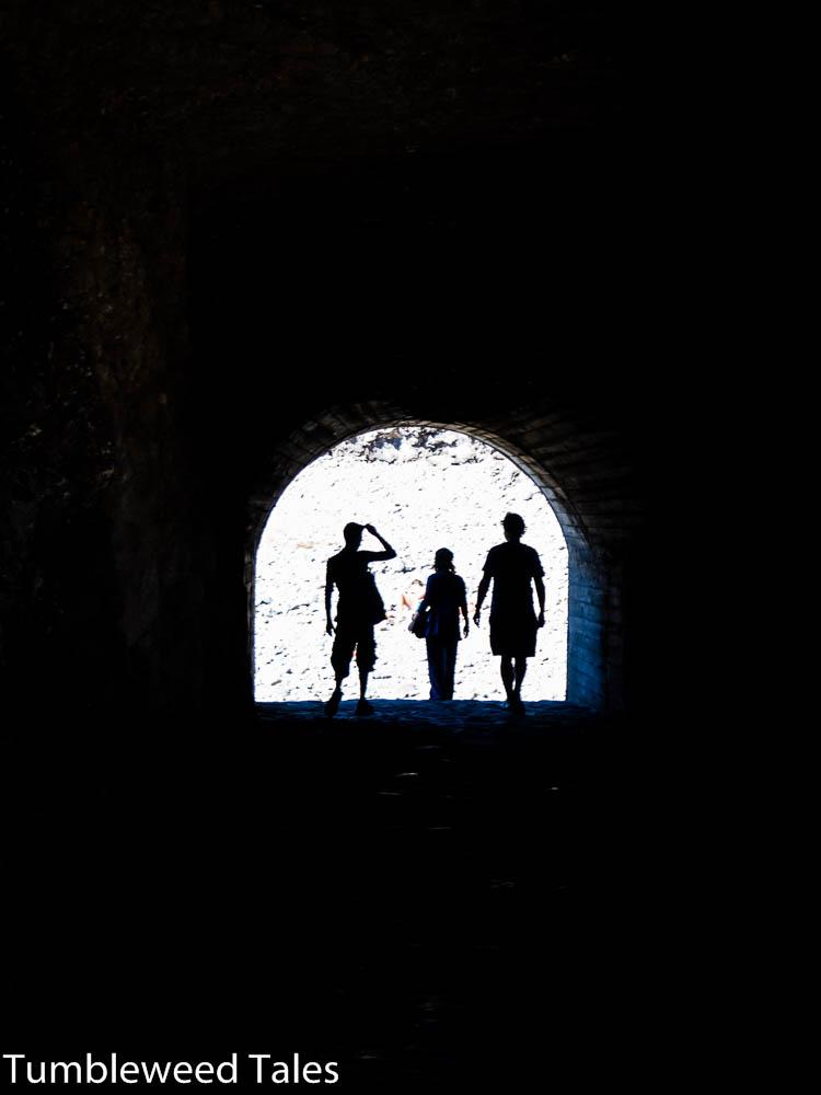 Miguel, Ute und Nico im Tunnel am Strand