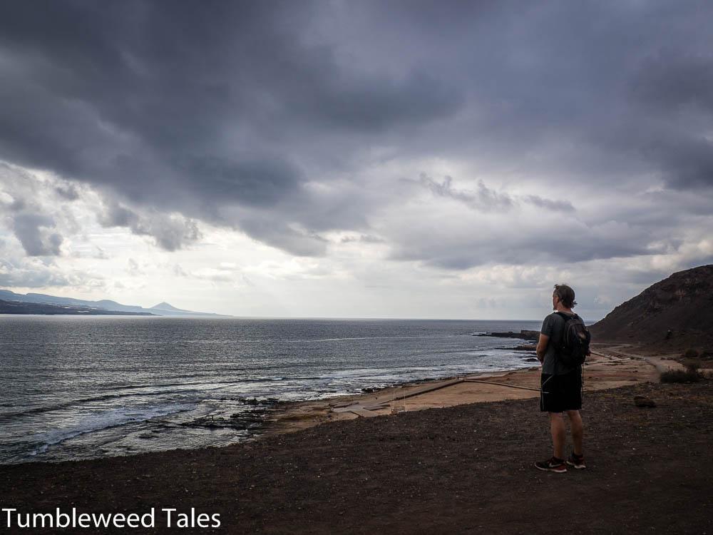 Nico blickt über die Bucht Richtung Teneriffa (im Dunst leider heute nicht zu sehen)