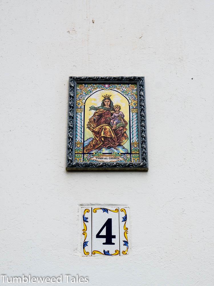 Ein Madonnenbild über einer Haustür