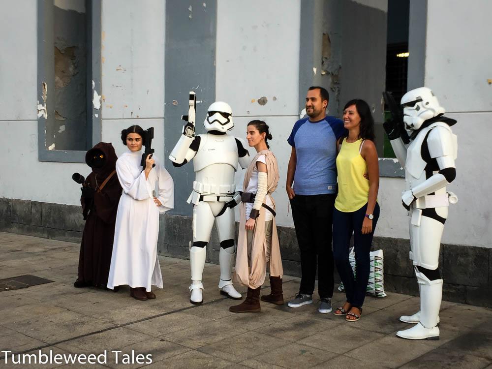 Die Star Wars-Truppe ist öfters in der Stadt unterwegs und macht Fotos mit Touristen