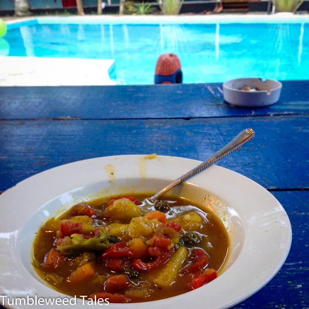 Tropisch inspiriertes Ananas-Bananen-Kokos-Curry mit Möhren und Brokkoli