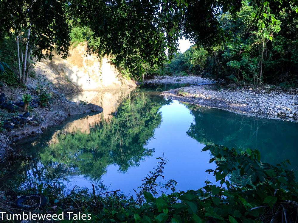 """Der Fluss (""""Rio Munoz"""") macht direkt unter unserem Häuschen eine Biegung und wird tiefer, sodass man dort baden kann."""
