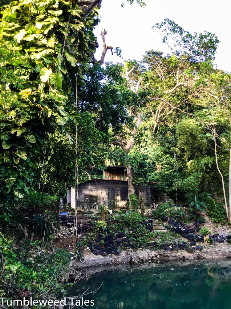 """Von der Badestelle aus: Unser Käfig ist im zweiten Stock der """"Casa Rio"""". Im Erdgeschoss lebt Diane, die Besitzerin."""