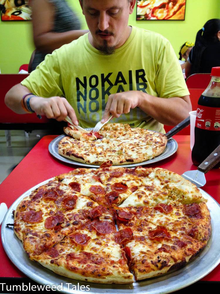 Immer nur Pollo con mangú (Hühnchen mit Kochbananenpüree) wird irgendwann fad – endlich Pizza!