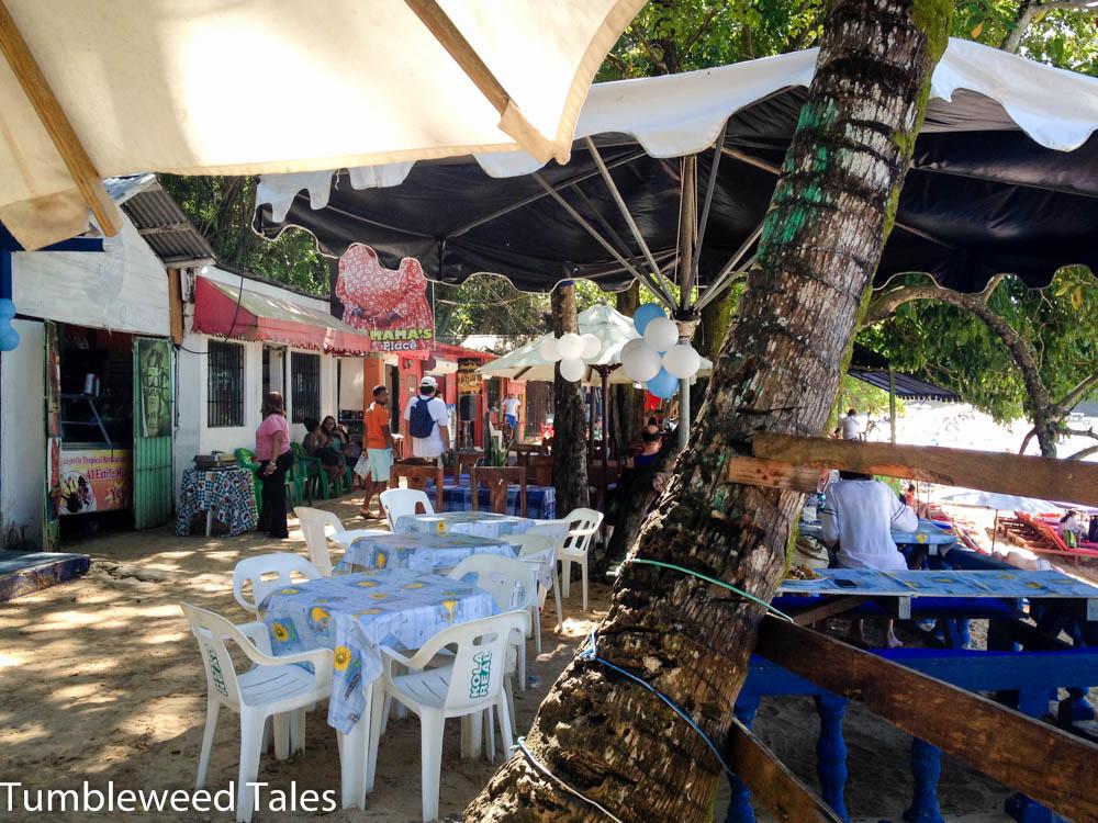 Die Strandpromenade in Sosúa unter Bäumen und Palmen