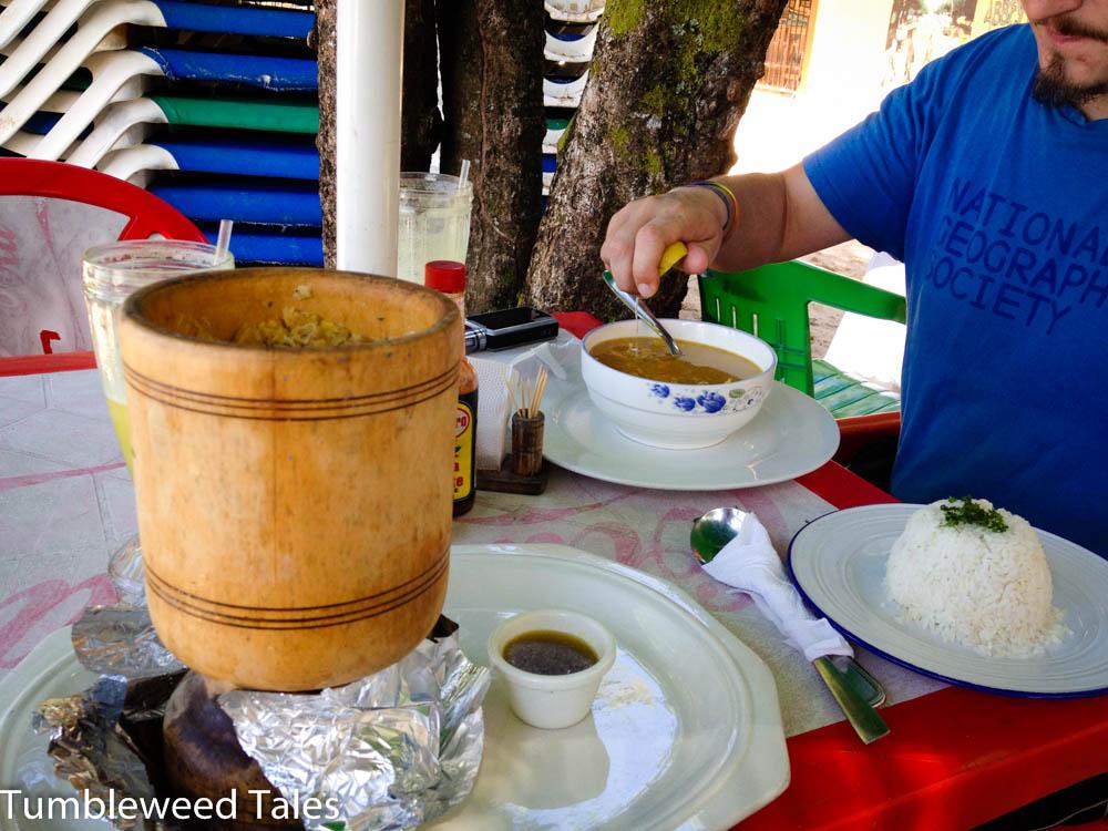 Mittagessen: Mofongo (Kochbananen-Hühnchen-Kloß mit viel Knoblauch und Olivenöl) und Hühnersuppe mit Koriander