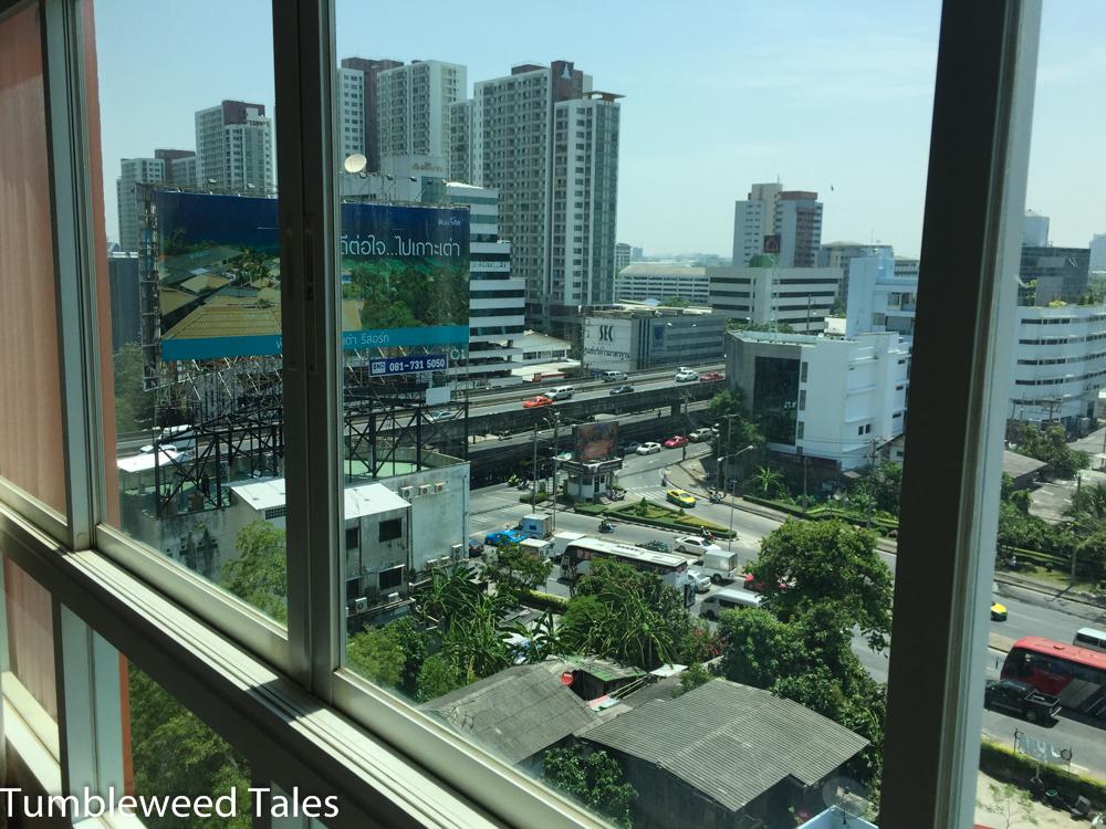 Aus dem Schlafzimmer nach links: Kreuzung mit zweistöckiger Mega-Straße und großem Werbeplakat für ein Resort auf Koh Tao