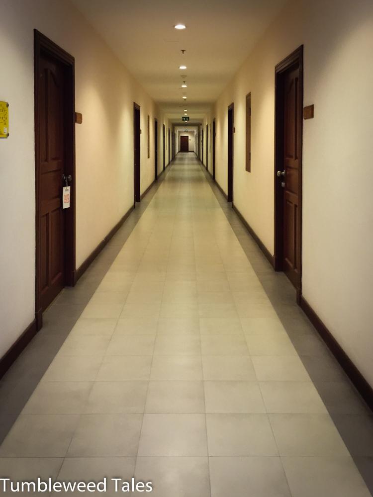 Unser Flur im 9. Stock. Fast ganz hinten links wohnen wir.