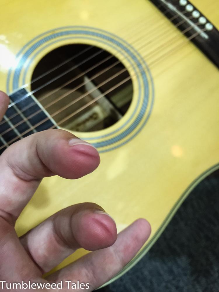 Aua aua aua... Zaghafte Gitarren-Gehversuche. Langsam kommt die Hornhaut.