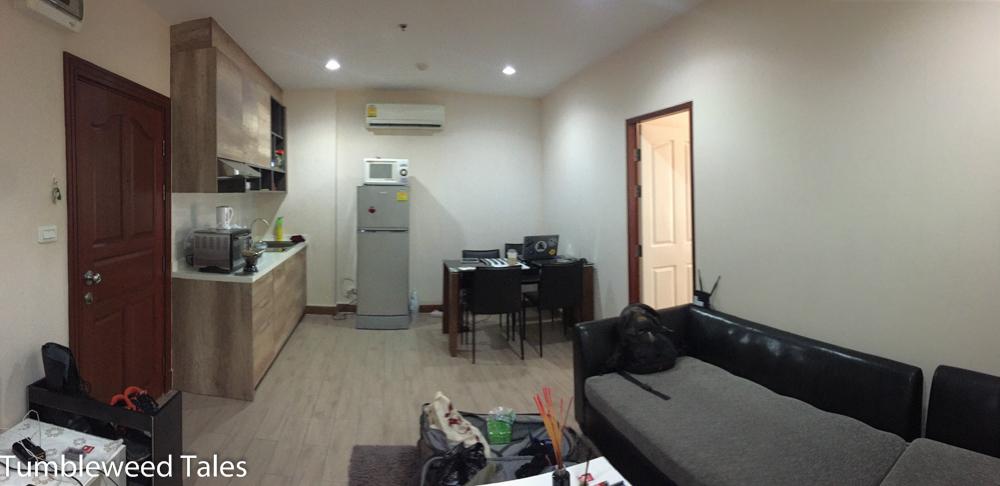 """Unsere Küche (links) und das """"Arbeitszimmer"""" (rechts)"""