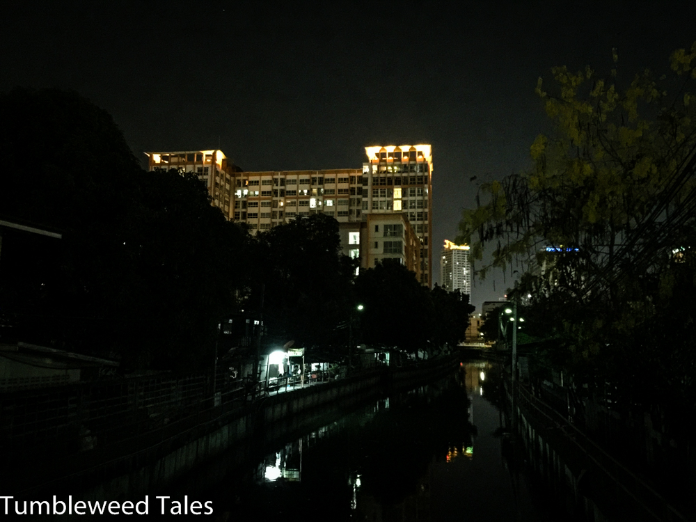 Unser Hochhaus bei Nacht