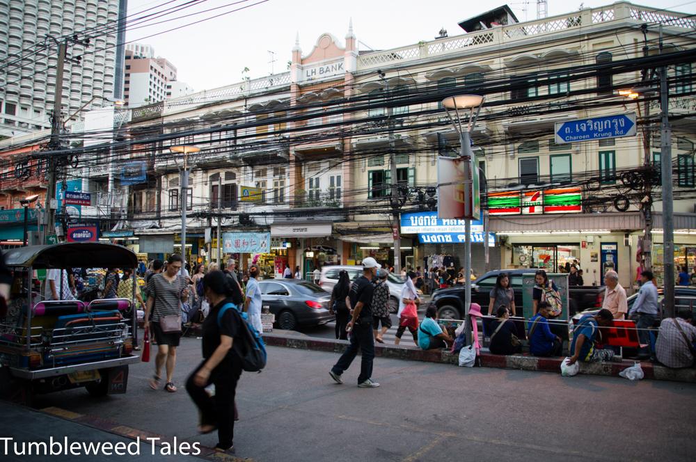 Charoen Krung Road in Silom. Sie führt in den Norden nach Chinatown. Auch hier geht's aber schon chinesisch zu!