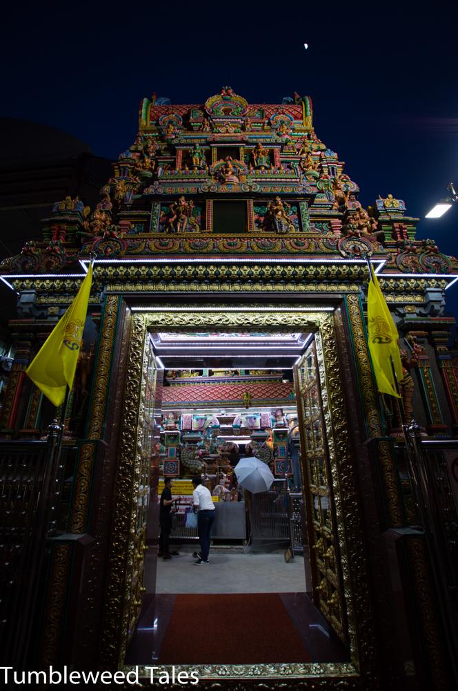 Der Mariamman Hindu-Tempel in Silom. Dennis und Olli sind aus Versehen fast in eine Opfergaben-Zeremonie reingeraten. Ups. :) Soweit ich erkennen konnte, kauft man im Tempel ein Körbchen mit Opfergaben (Blumen, Obst, etc.), fügt ggfs. noch eigene Gaben dazu (eine hübsche junge Frau hat z.B. mehrere Kosmetikartikel ins Körbchen getan), und spricht dann vor den Opfergaben ein Gebet. Anschließend werden sie ins Innere des Tempels gebracht und dort von den Mönchen (?) entgegengenommen. Was danach damit passiert, weiß ich nicht...