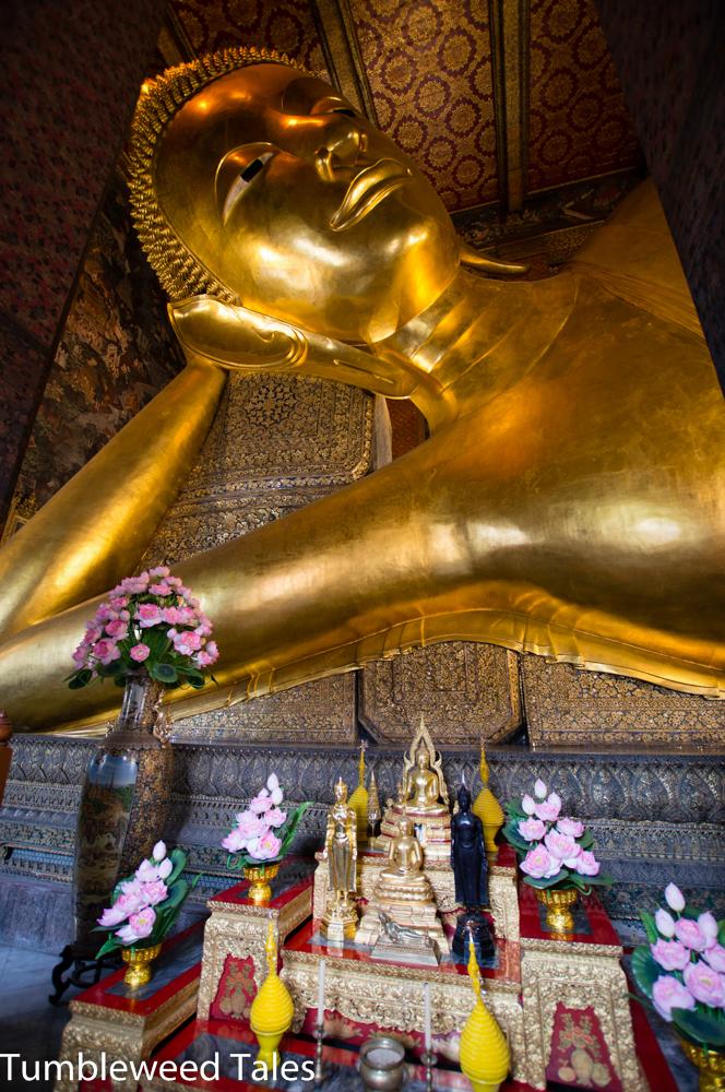 Der liegende Buddha im Wat Pho. Schwer zu beschreiben, wie groß er ist – passt jedenfalls auf kein Foto!