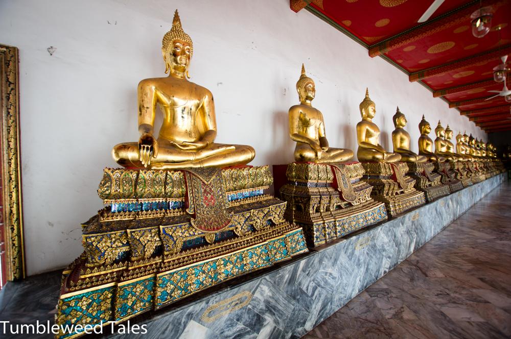 """Soo viele Buddha-Statuen im Wat Pho! Übrigens:""""König Rama III. ließ bei der Renovierung des Wat Pho in den Jahren 1831–1841 über 1400 Wandinschriften und -gemälde anbringen, die thailändische Poesie, Abhandlungen über traditionelle Heilkunst und Massage, Botanik, Astrologie, Kriegskunst, Geschichte und Religion festhielten, sowie die damaligen Provinzen und religiösen Einrichtungen des Reiches wie auch fremde Völker auflisteten. Diese waren für die Öffentlichkeit zugänglich und können daher auf gewisse Weise als eine erste, offene Universität Thailands bezeichnet werden."""" (Quelle: https://de.wikipedia.org/wiki/Wat_Pho)"""
