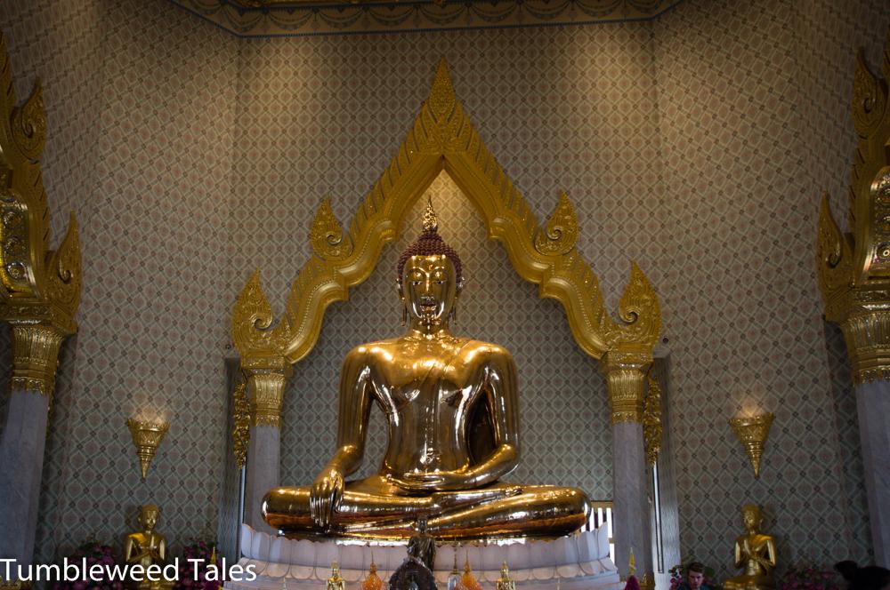 Der größte massive Gold-Buddha der Welt im Wat Traimit in Chinatown. Um den Buddha vor Diebstahl zu schützen, hatte man ihn vor Jahrhunderten mit Gips überzogen – und dann vergessen. Dass sich darunter pures Gold verbarg, kam erst durch Zufall wieder ans Licht, als der Buddha bewegt werden sollte und was von den Gips abbröselte.