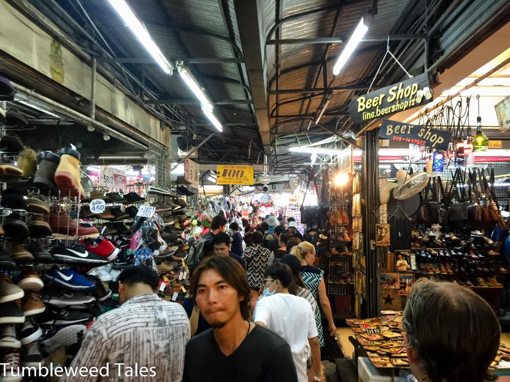Dicht an dicht drängen sich die bis zum Rand mit Kleidung, Souvenirs oder Haushaltswaren gefüllten Stände in der Markthalle