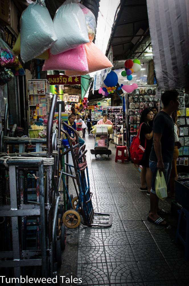 Der Markt in Chinatown: Enge Gässchen, kaum Tageslicht, aber die Roller fahren trotzdem hier durch. Es riecht sehr ungesund nach Plastik.
