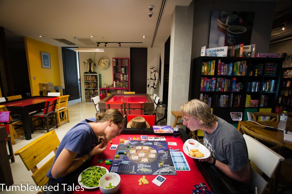 """Brettspielgruppen-Revival in Bangkok: Wenn ich schon nicht nach Wuppertal komme, dann kommen die Brettspieljungs halt zu mir. Wir haben dem Boardgame-Café """"Kopi-O"""" einen Besuch abgestattet: Große Spieleauswahl, nette Atmosphäre, und dazu die riesigste Portion Edamame, die ich je gegessen habe (mjam!)."""