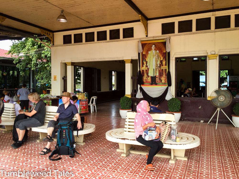 Warten auf den Zug in Ayutthaya... und dann endlich ausspannen: Etwa 10 Stunden Zugfahrt nach Chiang Mai!