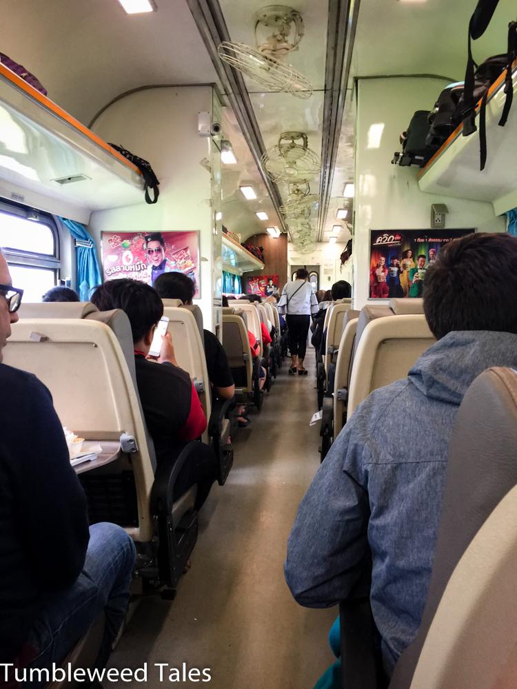 Im Gegensatz zu den gemütlichen thailändischen Nachtzügen sind die Tageswagons nicht ganz so praktisch für eine Reise mit mehr als zwei Personen, da man sich nicht gegenübersitzen kann.