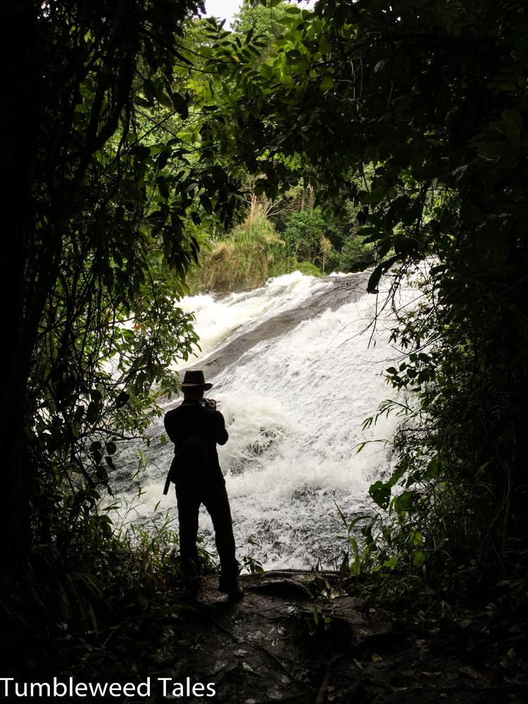 Olli bewundert einen der Wasserfälle am Wegesrand