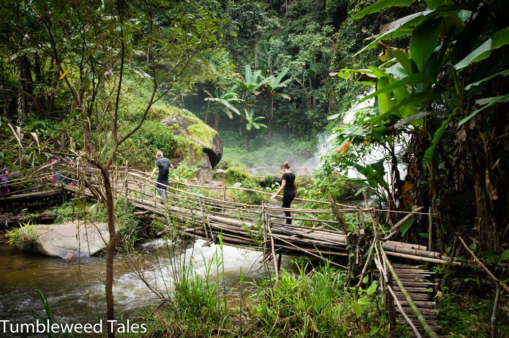 Abenteuerliche Bambus-Brücke über den Fluss