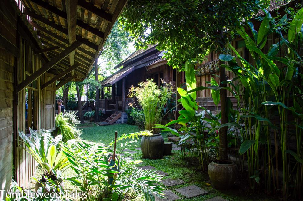 Idyllische Teakhaus-Hofschaft mit Café und Antiquitätenladen, mitten in Chiang Mai