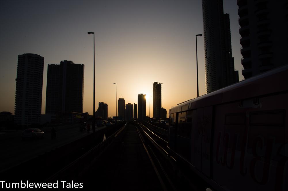Von der Skytrain-Haltestelle aus kann man ausgezeichnet den Sonnenuntergang zwischen den Häuserschluchten beobachten