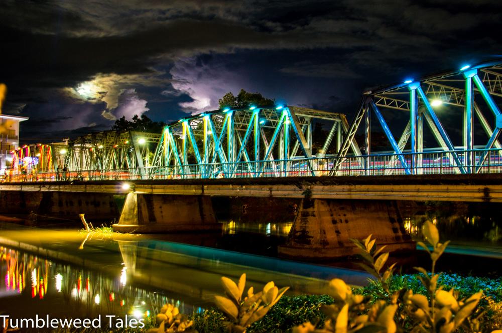 Die Iron Bridge über den Mae Nam Ping, von der Bus Bar aus gesehen. Hier hatten Nico und ich vor 2 Jahren das Loi Kratong Festival gefeiert.