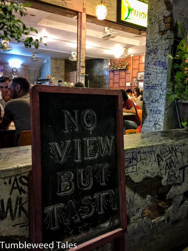 """Das Motto des Lemongrass Restaurants: """"No view but tasty"""" – vollkommen richtig; die Aussicht war bescheiden, aber das Essen war super!"""