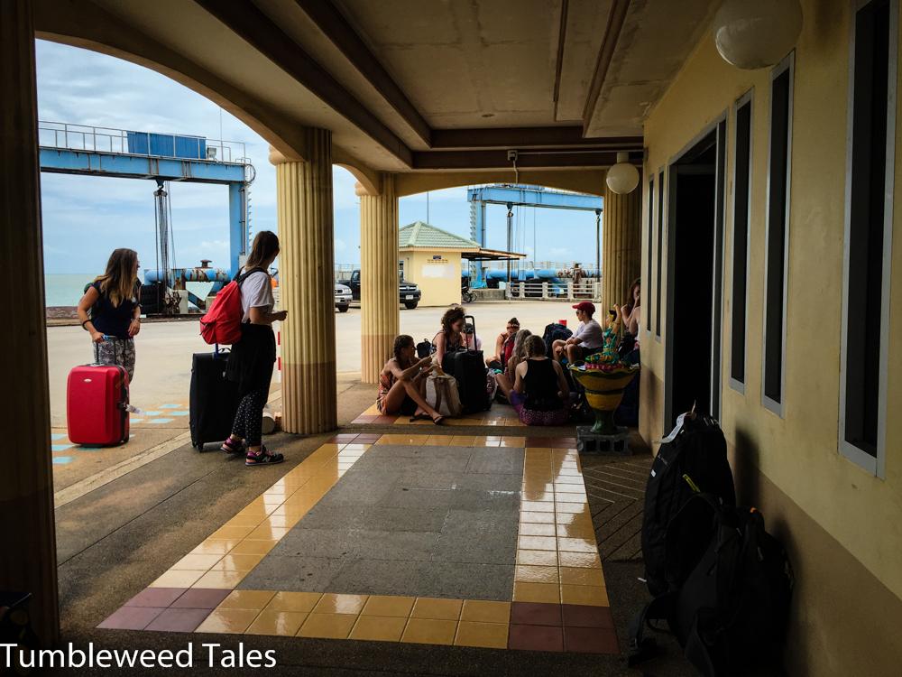 Warten auf unsere Fähre nach Koh Phangan am Festland-Pier
