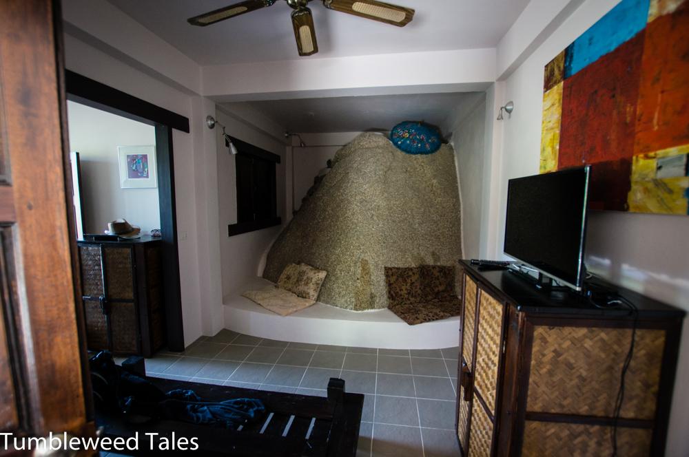 Schräge Unterkunft mit integrierten Felsen