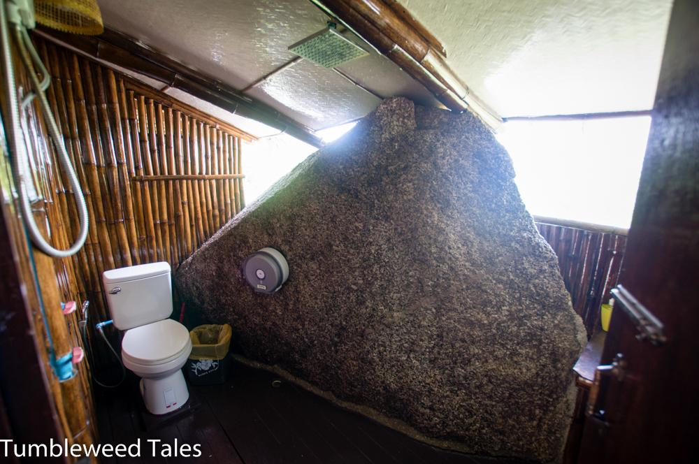 Unser Badezimmer mit Felsen als einzigem Sichtschutz. Immer eine frische Brise. :)