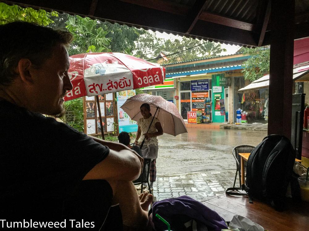 Mittagessen im Pavillon beim spontanen Tropenschauer